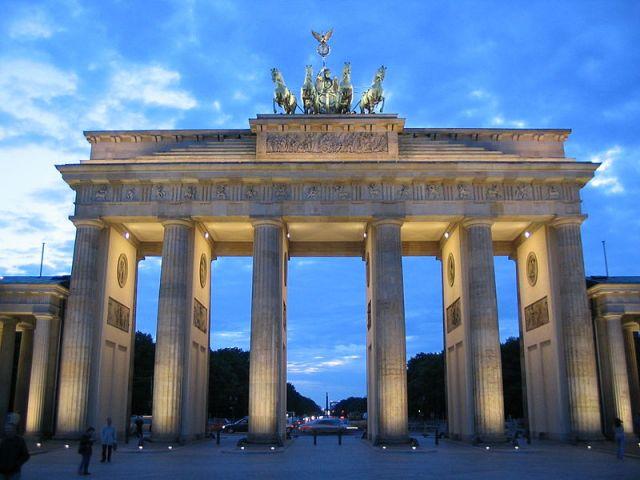 800px-Brandenburger_Tor_Blaue_Stunde